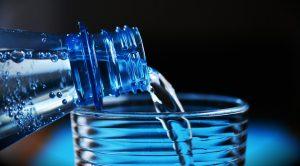 mengecilkan perut secara alami dengan air minum